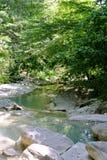 Toeristenroute langs Kuago-rivier - één van draperende watervallen Royalty-vrije Stock Foto's