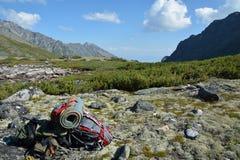 Toeristenrugzak op bergweiden Royalty-vrije Stock Foto's