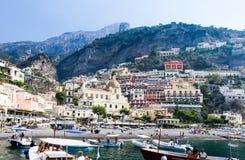 Toeristenschepen in visitfamous en schilderachtige haven in Positano Stock Afbeelding