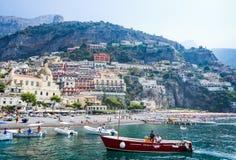 Toeristenschepen in visitfamous en schilderachtige haven in Positano Stock Fotografie
