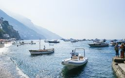 Toeristenschepen in visitfamous en schilderachtige haven in Positano Stock Foto's