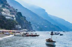 Toeristenschepen in visitfamous en schilderachtige haven in Positano Stock Foto