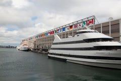 Toeristenschip in haven Het toerisme van Boston brengt jaarlijks ongeveer 8 B Stock Afbeelding