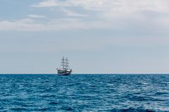 Toeristenschip op de Open zee stock afbeeldingen