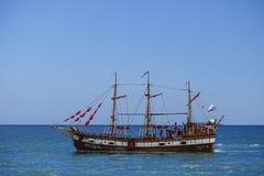Toeristenschip in uitstekende stijl op de achtergrond van blauwe overzees en horizon Stock Fotografie