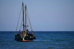 Toeristenschip in uitstekende stijl op de achtergrond van blauwe overzees en horizon Stock Afbeelding