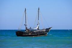 Toeristenschip in uitstekende stijl op de achtergrond van blauwe overzees en horizon Stock Foto's