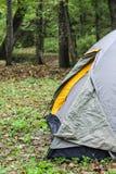 Toeristentent in boskamp royalty-vrije stock afbeeldingen