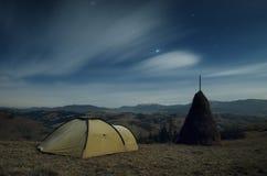 Toeristentent in de bergen bij nacht Stock Foto