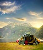 toeristentent in de bergen van Noorwegen bij zonsopgang Stock Afbeeldingen