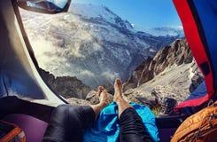 Toeristentent die in de bergen kamperen stock fotografie
