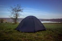 Toeristentent die op de rivierbank kamperen Zuidelijk Insect ukraine stock foto