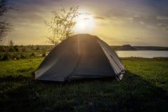 Toeristentent die op de rivierbank kamperen Zuidelijk Insect ukraine royalty-vrije stock foto's