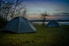 Toeristentent die op de rivierbank kamperen Zuidelijk Insect ukraine royalty-vrije stock afbeeldingen