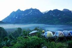 Toeristententen in bos bij kampeerterrein, kampeerterrein in het bos in Doi Chiang Dao - Thailand royalty-vrije stock fotografie