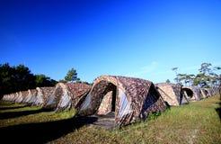 Toeristententen in kamp met blauwe hemel Royalty-vrije Stock Afbeeldingen