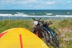 Toeristententen op de kust, fietsers op de kust royalty-vrije stock afbeeldingen