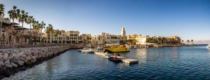 Toeristentoevlucht in Aqaba Jordanië waar de veerboten van Egypte landen Stock Afbeeldingen
