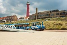 Toeristentrein langs de promenade in Scheveningen met in de bedelaars Royalty-vrije Stock Foto's