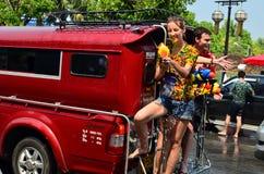 Toeristentribune op bus voor het vieren Songkran (Thais nieuw jaar/water festival) in de straten Stock Fotografie