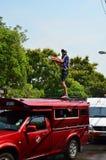 Toeristentribune op busdak voor het vieren Songkran (Thais nieuw jaar/water festival) in de straten Stock Foto