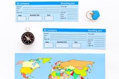 Toeristenuitrusting, kaart, kaartjes voor het reizen op witte hoogste mening als achtergrond Royalty-vrije Stock Afbeelding