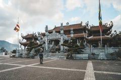 toeristenverering aan guan im god in tempel op Fansipan-berg bij sapa Noordelijk Vietnam Kim Son Bao Thang Tu-Pagode op Fansipan stock afbeeldingen