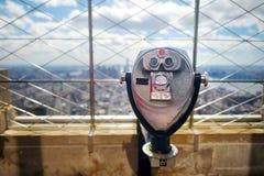 Toeristenverrekijkers bij de bovenkant van het Empire State Building in New York Stock Foto's
