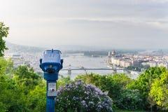 Toeristenverrekijkers in Boedapest stock foto's