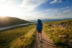Toeristenvrienden op een bovenkant van bergen in Schotse Hooglanden De aard van Schotland De toeristenmensen genieten van een oge stock foto