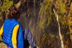 Toeristenvrouw bij Voringsfossen-waterval Noorwegen royalty-vrije stock fotografie