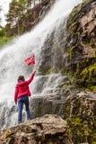 Toeristenvrouw bij waterval Svandalsfossen, Noorwegen stock foto's