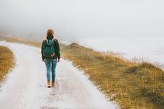 Toeristenvrouw die alleen openlucht lopen stock foto's