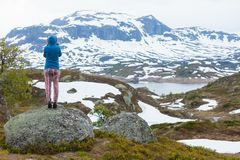 Toeristenvrouw die bergen van landschap in Noorwegen genieten Royalty-vrije Stock Afbeeldingen