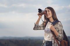 Toeristenvrouw die foto met haar camera in aard nemen royalty-vrije stock afbeelding