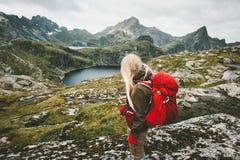 Toeristenvrouw die met rode rugzak in bergen wandelen Royalty-vrije Stock Foto's