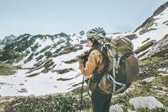 Toeristenvrouw die met rugzak in bergen wandelen Royalty-vrije Stock Afbeelding