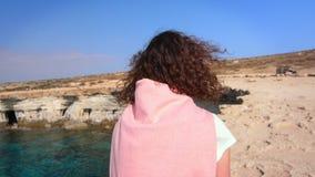 Toeristenvrouw die op steenstrand lopen Het concept van de de zomerreis stock footage
