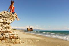 Toeristenvrouw die op strand van vakantie genieten royalty-vrije stock fotografie