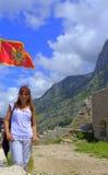 Toeristenvrouw die in oude Montenegro vesting wandelen stock afbeelding