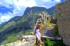 Toeristenvrouw die in oude Montenegro vesting wandelen royalty-vrije stock foto's