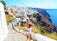 Toeristenvrouw die Santorini-eiland Griekenland onderzoeken stock foto's