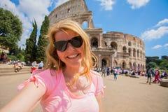 Toeristenvrouw die selfie voor Colosseum in Rome nemen stock foto's