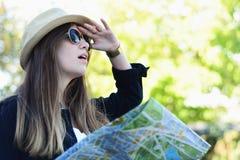 Toeristenvrouw die vooruit met kaart kijken royalty-vrije stock fotografie