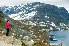 Toeristenvrouw die zich door Djupvatnet meer, Noorwegen bevinden Royalty-vrije Stock Fotografie