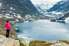 Toeristenvrouw die zich door Djupvatnet meer, Noorwegen bevinden Stock Afbeelding