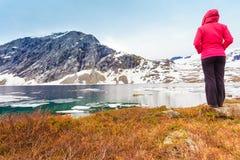 Toeristenvrouw die zich door Djupvatnet meer, Noorwegen bevinden Stock Fotografie