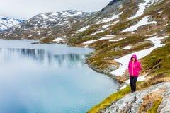 Toeristenvrouw die zich door Djupvatnet meer, Noorwegen bevinden Royalty-vrije Stock Afbeeldingen