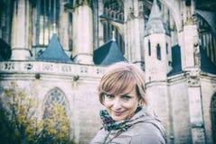 Toeristenvrouw en St Barbara Kerk, Kutna Tsjechische Hora, stock afbeelding