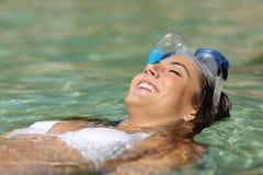 Toeristenvrouw het baden op een tropisch strand op vakantie Royalty-vrije Stock Foto